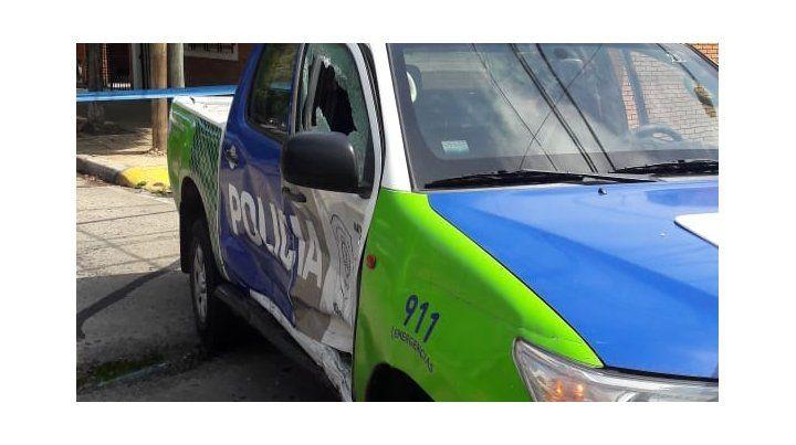 La Duster negra en la que escapaban los ladrones chocó contra el móvil policial