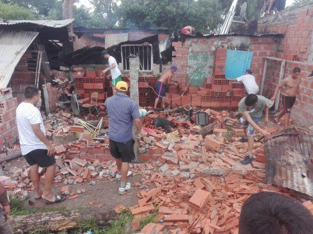 La furia de los vecinos contra la casa de uno de los supuestos sospechosos de matar al joven. (Foto:@JoseljuarezJOSE)