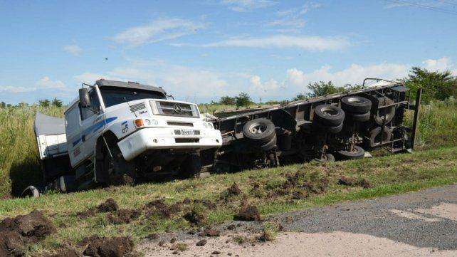 Así quedó el camión a la vera de la ruta 18.