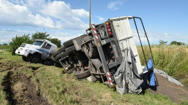 Así quedó el camión al derrapar por la banquina.