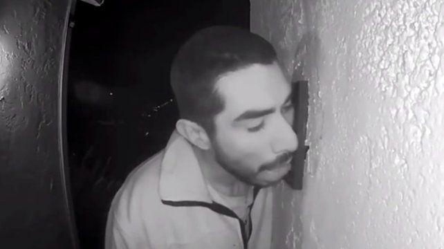 La policía busca a un hombre que se dedica a lamer timbres por la noche