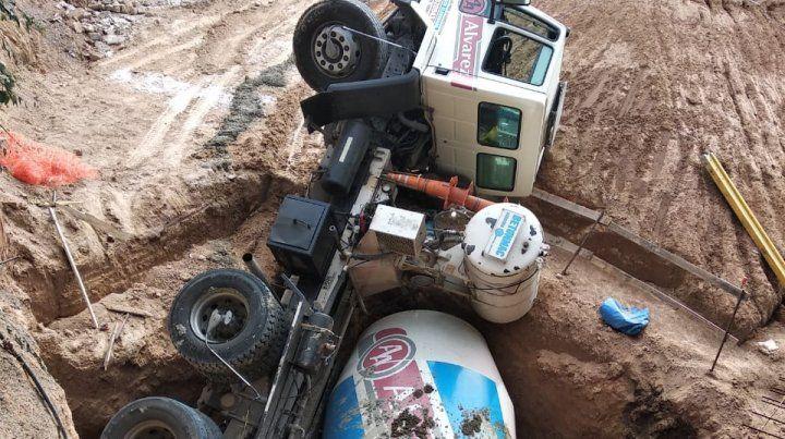 Un camión para hormigonar terminó en el fondo de una enorme excavación
