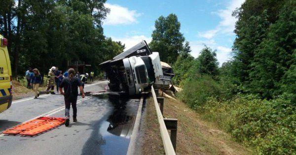 El camión aplastó un vehículo en el que viajaban 17 personas.