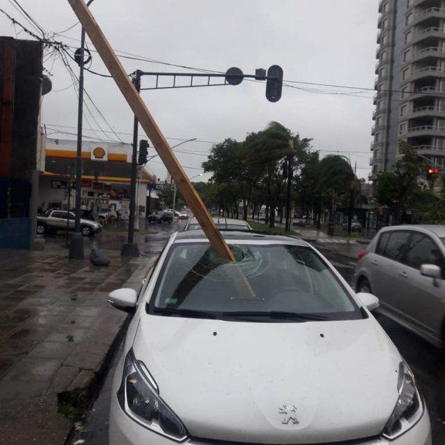 Un parante de obra atravesó el parabrisas, se metió dentro del auto y golpeó al conductor