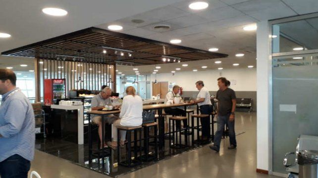 Nuevo bar. El primer piso para el sector público sumó otro servicio.