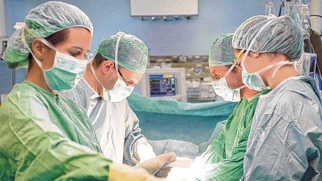En el quirófano. Un equipo médico en plena operación para rescatar órganos.