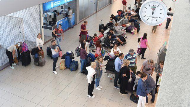 A despegar. Los pasillos de la estación aérea local se pueblan de pasajeros en diferentes momentos del día.