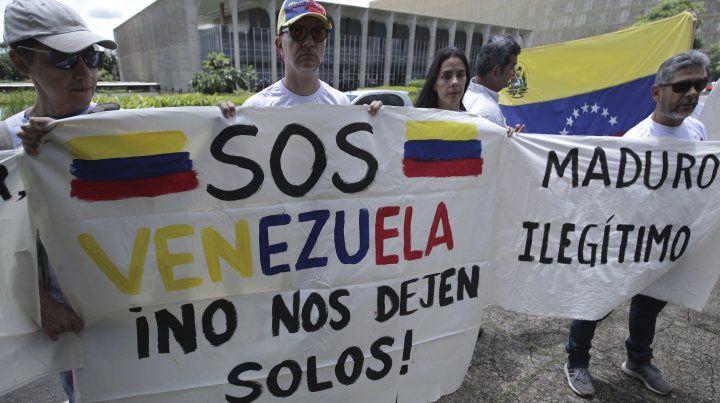 Opositores al regimen de Maduro protestan en las calles de Caracas.