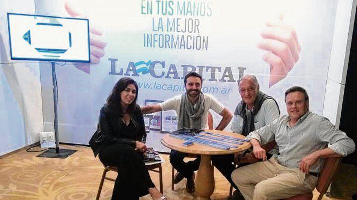 En el hotel Enjoy. Las autoridades y Terán en el stand del diario La Capital.