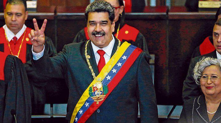 En soledad. Maduro realiza el gesto de la victoria tras juramentar ante el Tribunal Supremo de Justicia.