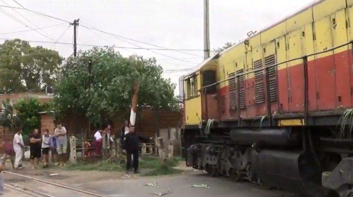 Descarriló un tren en zona oeste y casi termina adentro de una casa