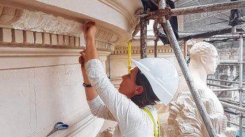 En plena Tarea. Prece toma un molde de una moldura en el edificio de la Bolsa de Comercio.