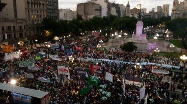 Multitud. Una nueva protesta ganó las calles en forma masiva contra la política económica del gobierno.