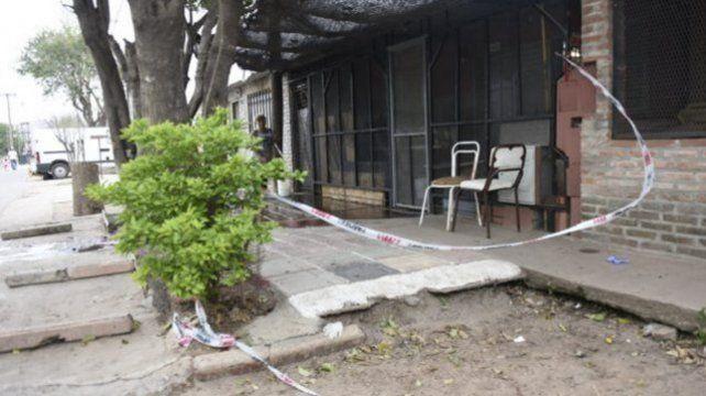 En la puerta. Albino Almaraz fue baleado en su casa de Demestri 6061.