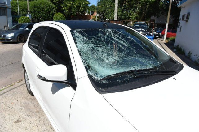 Así quedó el parabrisas del auto del conductor que atropelló a la ciclista y huyó.