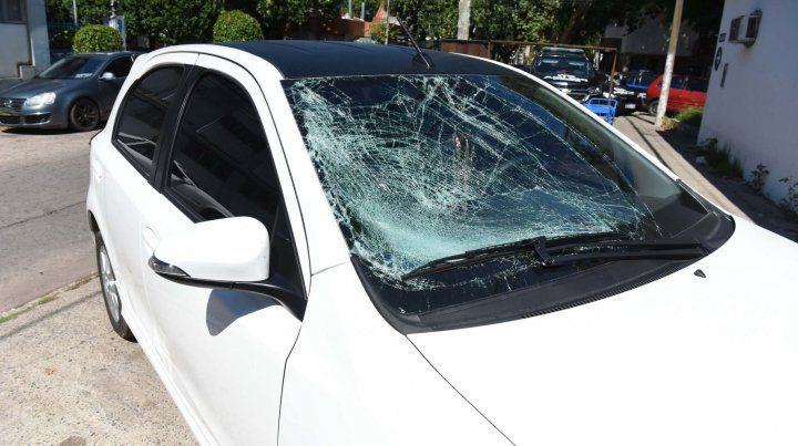 Así quedó el Toyota Etios del joven que atropelló a Marianela el 1º de enero. El rodado está estacionado frente a la comisaría 15ª.