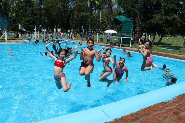 Al agua. Los chicos disfrutan de la pileta durante enero y febrero.