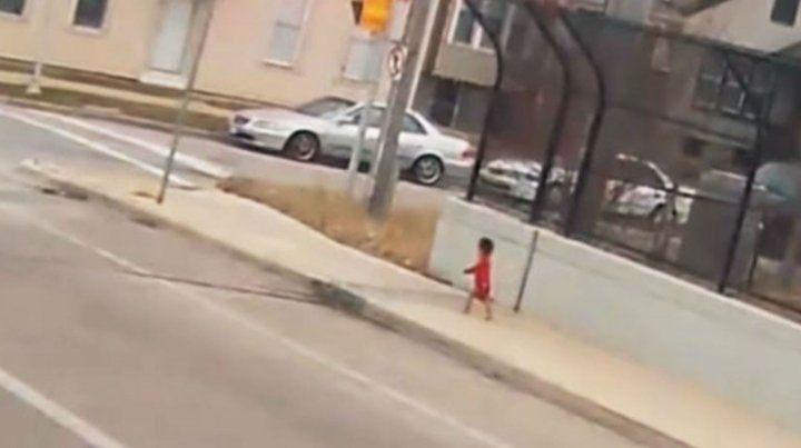 La beba fue captada por una cámara de video cuando deambulaba a la vera de la autopista.