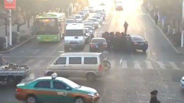 Registran el momento en que una mujer es rescatada debajo de las ruedas de un auto