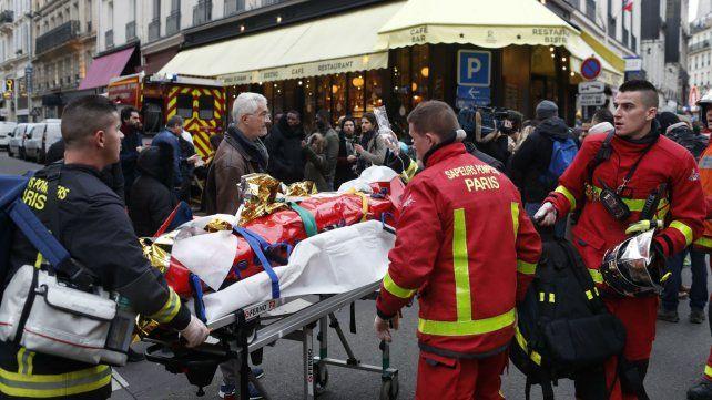 Una de las víctimas es trasladada por los bomberos parisinos.