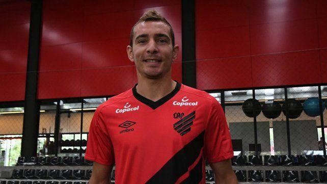Marco Ruben fue presentado en Paranaense tras haber manejado su camioneta 1.700 kilómetros