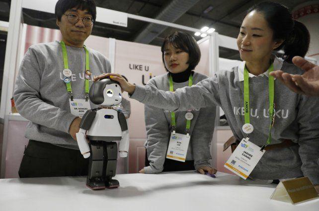 Amigables. Los robots despertaron la simpatía de los visitantes.