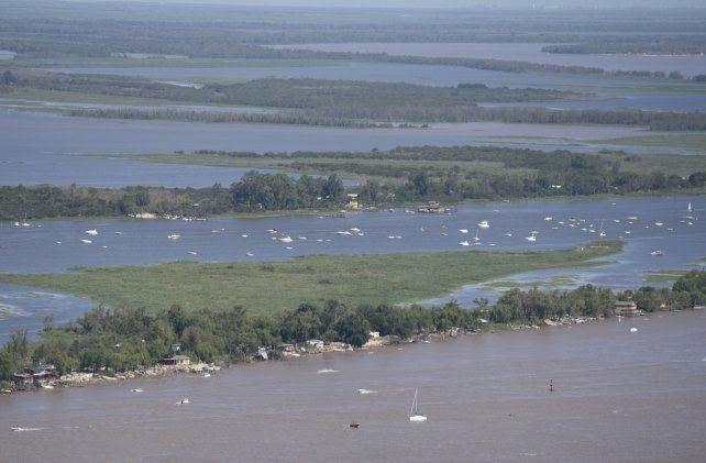 Para arriba. Crece la cantidad de embarcaciones que navegan por las aguas del Paraná frente a la ciudad.