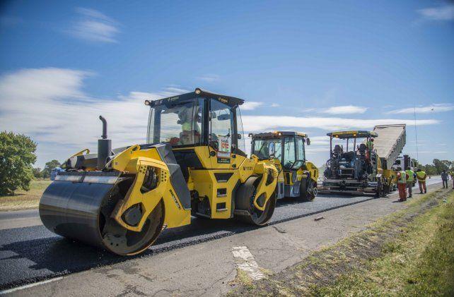 En obra. La provincia encara la construcción de 240 kilómetros de nuevos pavimentos.
