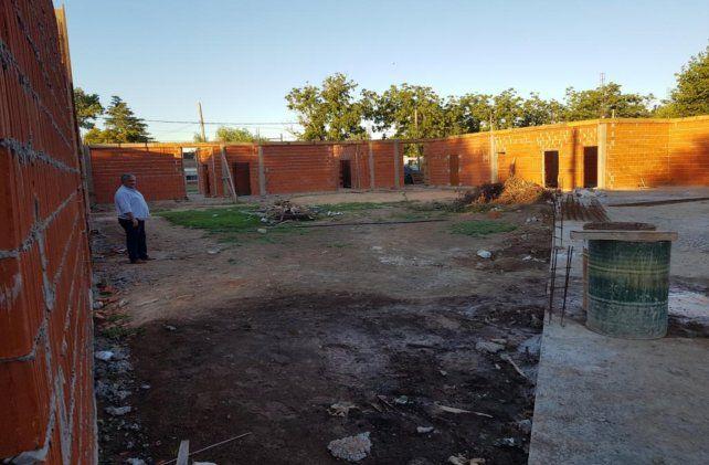 In situ. El presidente comunal recorrió la obra en construcción.