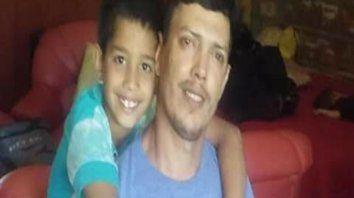 Esperanzados. Osvaldo, con su hijo. La familia cree en la solidaridad.