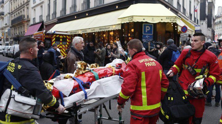 Escenario. El traslado de los heridos entre los tradicionales cafés y restaurantes parisinos.