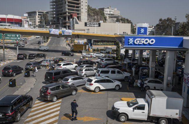 Automovilistas mexicanos congestionan las estaciones de servicio para cargar algo de nafta.
