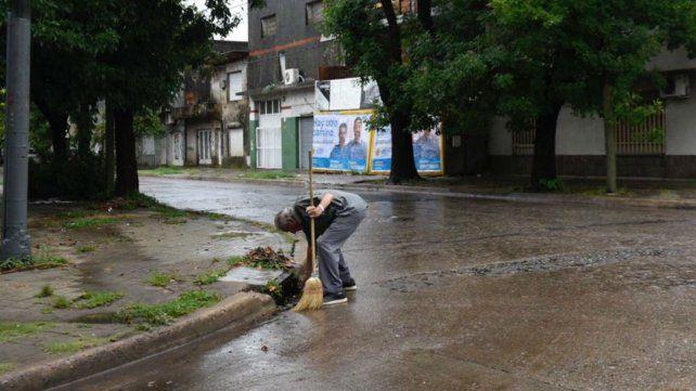 Un vecino limpia la bocacalle de Italia y Gálvez.