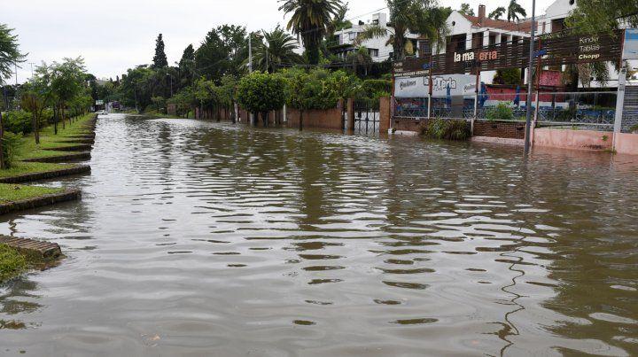 El serrucho. La zona de Costanera y Puccio volvió a exhibir agua de lado a lado.