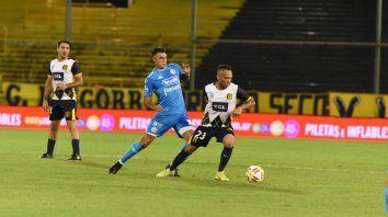 Barrera se la lleva ante Matías Suárez, al que Ortiz le cometió el penal del gol de Belgrano.