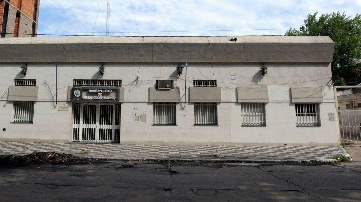 Forzaron las rejas y rompieron vidrios de la Municipalidad de Villa Gobernador Gálvez
