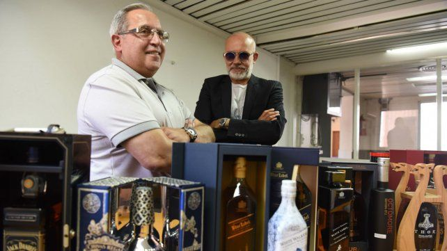 Dos coleccionistas preparan la llegada del Museo del Whisky a Rosario