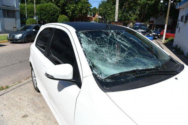 Así quedó el parabrisas del Toyota Etios blanco que conducía Lautaro Elías y que impactó desde atrás a Marianella el pasado 1º de enero.