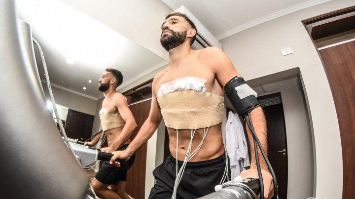 Allione firmó tras superar la revisión médica. (Foto: @CARCoficial)