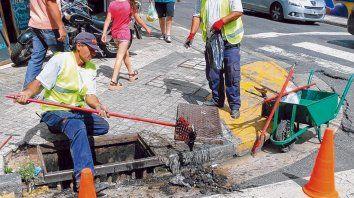 Ayer se intensificó el mantenimiento de los desagües y los sumideros del centro y macrocentro de la ciudad.