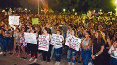 Movilización y adios. Familiares, vecinos y amigos de Agustina anoche en la plaza principal de Esperanza.