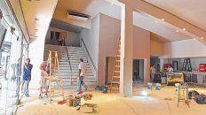 El hall central del cine, en su ingreso por la peatonal San Martín, dista mucho de su anterior versión, que comenzó a ser refaccionada en diciembre.