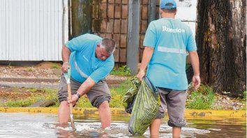 Removiendo basura. Los sumideros obstruidos provocan desbordes.