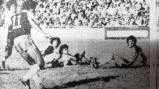 Argentinazo: En el Gigante repleto, Herrero empuja al gol, el inicio de una histórica remontada.