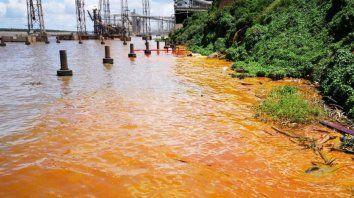 Policromía. La mancha anaranjada contrastaba con el marrón opaco del agua. Hubo intervención.