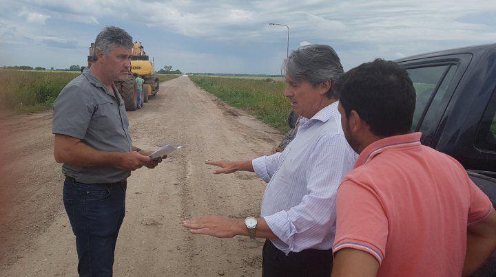 In situ. El ministro Garibay recorrió el lugar con un concejal de Totoras.