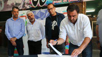 Rúbrica. El secretario de Hábitat, Diego Leone, firmó el acuerdo.