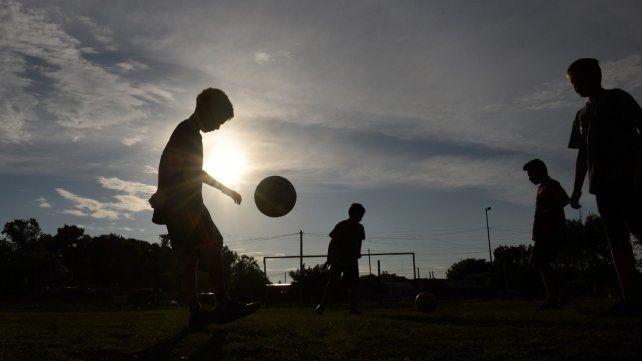 A través del deporte. La mayoría de estos clubes cumple un rol social fundamental en cada barrio. Representan un espacio de integración y contención muy importante.