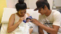 Situación especial. Padres primerizos, sólo dos horas después del nacimiento a través de métodos naturales.