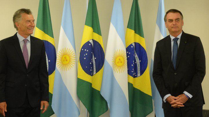 Banderas. Macri y Bolsonaro mantuvieron una audiencia privada tras los honores protocolares.